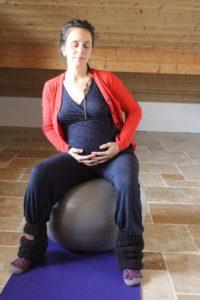 Yoga grossesse exercice pour se détendre et bercer bébé apaiser les maux de dos